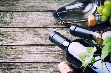 bodegas: Botellas de vino tinto y blanco de mesa de madera