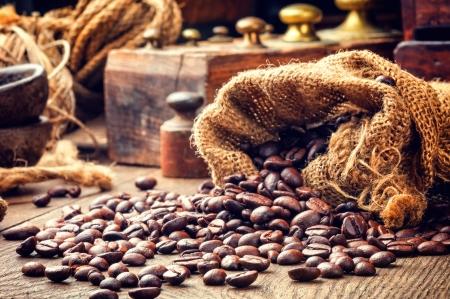 sacco juta: Chicchi di caff� torrefatti in ambiente tonica epoca Archivio Fotografico