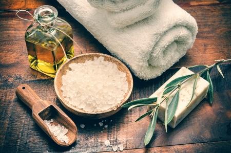 天然オリーブ石鹸と木製のテーブルの上の海の塩でスパ設定 写真素材