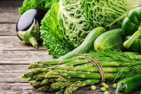 ensalada verde: Verduras frescas en la mesa de madera