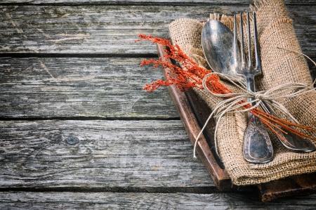 masalar: Kahverengi tonda rustik tablo ayarı Stok Fotoğraf