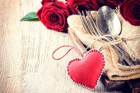romantico: Ajuste de la tabla r�stico con rosas rojas para la cena de San Valent�n