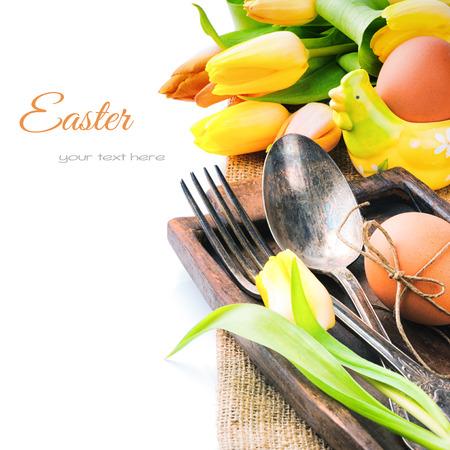 food on table: Impostazione tavola di Pasqua con tulipani gialli e uova fresche Archivio Fotografico