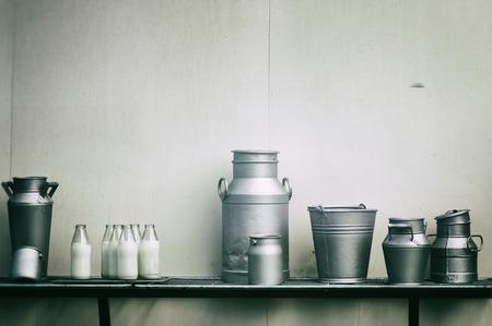 lacteos: Jarras de leche viejos, latas y botellas a la granja de productos lácteos