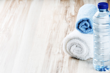 botella: Botella de agua y toallas. Concepto de la aptitud
