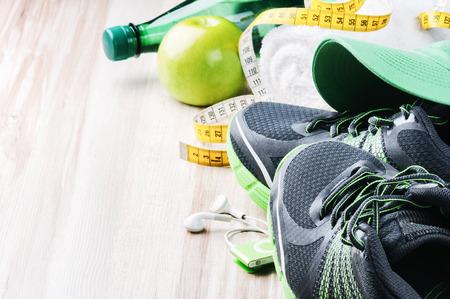 fitness: Tênis de corrida e equipamentos de ginástica com copyspace Imagens