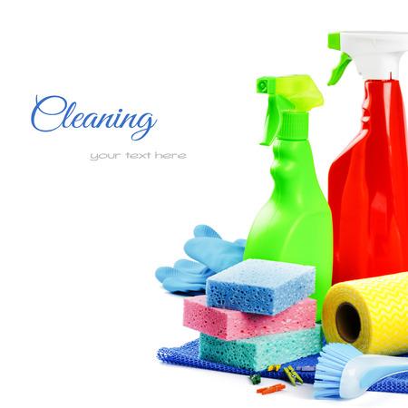 schoonmaakartikelen: Kleurrijke schoonmaakmiddelen geïsoleerde over wit