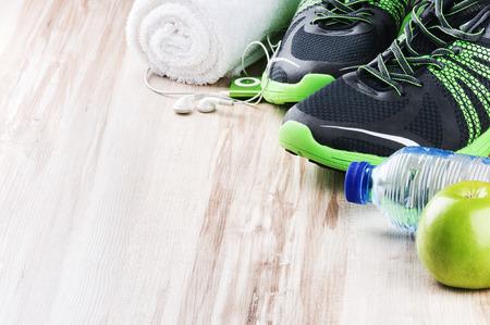 Paar sportschoenen en fitness accessoires met copyspace