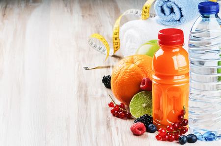 salud y deporte: Jugo de fruta fresca y fitness accesorios