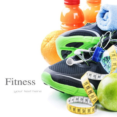 Fitness concept met sportschoenen en gezonde voeding geïsoleerde over wit Stockfoto