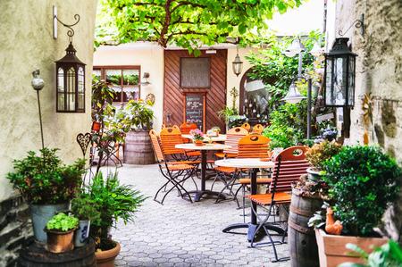 小さいヨーロッパの都市のカフェテラス