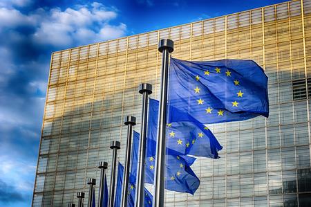EU-vlaggen in de voorkant van het gebouw van de Europese Commissie in Brussel