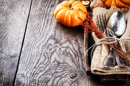 accion de gracias: Ajuste de la tabla de temporada con pequeñas calabazas y decoración de otoño Foto de archivo
