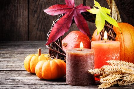 Todavía del otoño vida en tono naranja con calabazas y velas