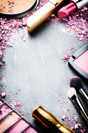 Ram med olika makeup produkter i rosa ton Stockfoto