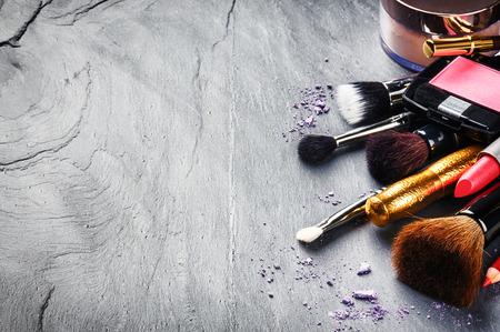 artistas: Varios productos de maquillaje sobre fondo oscuro