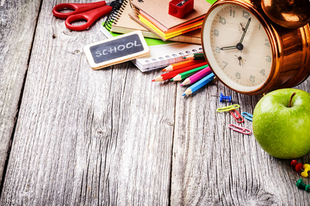 escuela primaria: Útiles escolares coloridos. Volver al concepto de escuela