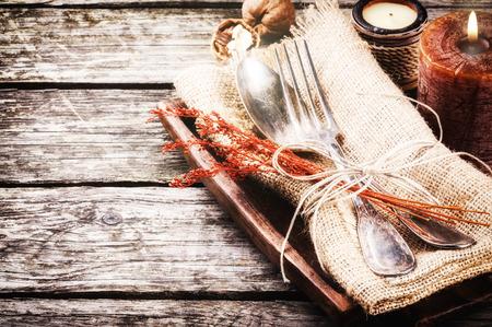 madera r�stica: Ajuste de la tabla de temporada con decoraciones r�sticas Foto de archivo