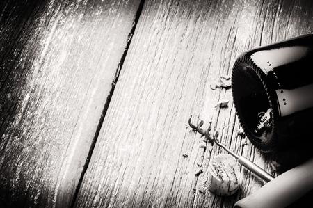Botella de vino tinto y una mesa de madera corkscrewon. La carta de vinos concepto Foto de archivo - 31430631