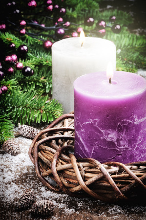 the advent wreath: Decoraciones de Navidad con velas en tono p�rpura Foto de archivo