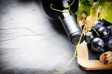Frame met rode fles wijn en verse druiven Stockfoto - 31455129