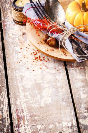 table wood: Seizoensgebonden tafel setting met decoratieve pompoen en kaars