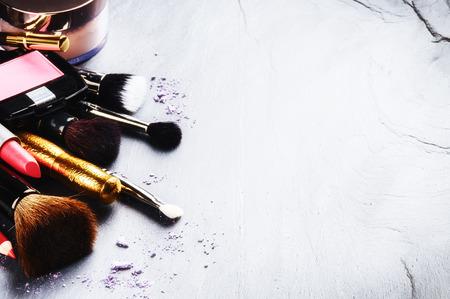 maquillage: Divers produits de maquillage sur fond de pierre Banque d'images