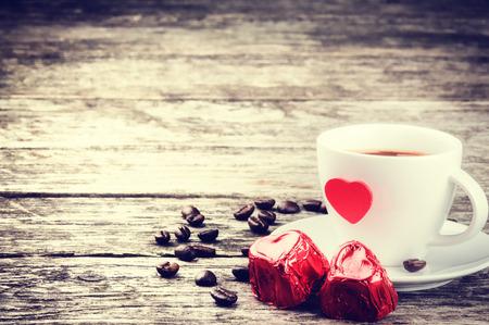 bebes lindos: Desayuno de San Valentín con el café y el chocolate en la mesa de madera
