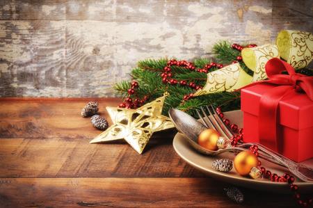 cena de navidad: Ajuste de la tabla de Navidad en el oro y el tono rojo Foto de archivo