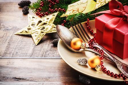 Réglage de la table de Noël en or et les tons rouges