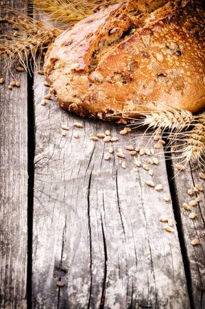 Miche de pain frais et de blé sur la table en bois Banque d'images