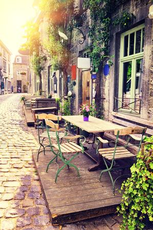 Cafe terras in kleine Europese stad op zonnige zomerdag