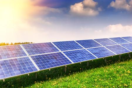 Paysage avec domaine de l'énergie solaire à jour d'été Banque d'images - 33662566