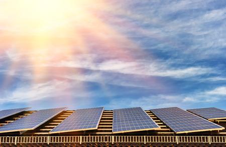 electricidad industrial: Energ�a alternativa con sistema de paneles solares en la azotea casa