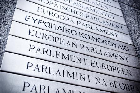 Naambord in alle EU-talen in de voorkant van het Europees Parlement. Brussel, België