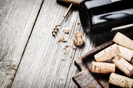 vino: Botella de vino tinto y corchos. Carta de Vinos concepto