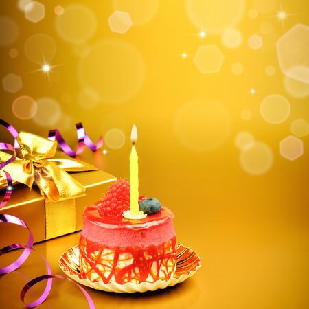 Kleurrijke verjaardagstaart met kaars op gouden achtergrond
