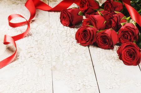 Blumenstrauß aus roten Rosen auf Grunge Hintergrund. St. Valentinstag-Konzept Standard-Bild - 35794196