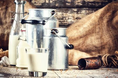 leche y derivados: Explotación agrícola con leche fresca en varias botellas y latas