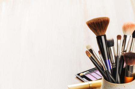 maquillaje de ojos: Varios pinceles de maquillaje sobre fondo claro con copyspace