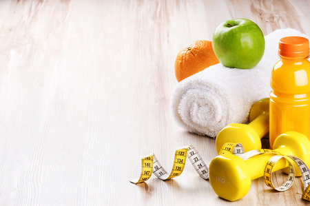 concept de remise en forme avec des haltères et des fruits frais. réglage de Workout