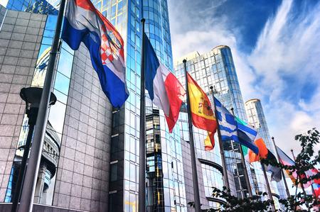 Afzien van vlaggen in de voorkant van het Europese Parlement gebouw. Brussel, België Stockfoto - 38203628