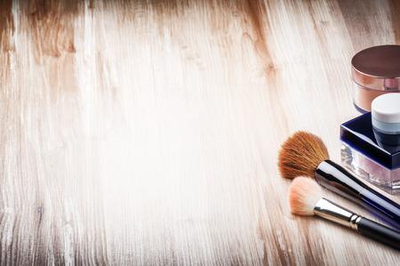 pinceaux de maquillage et poudre pour le visage avec copyspace