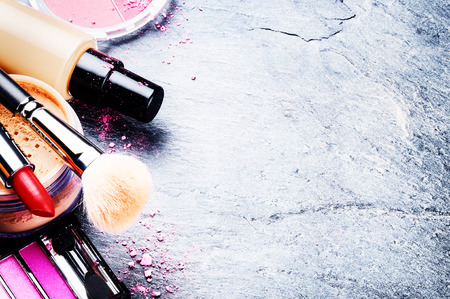 mujer maquillandose: Varios productos de maquillaje en tono rosa con copyspace