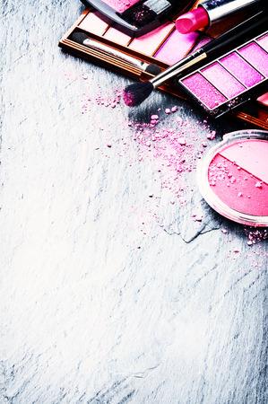 maquillage: Divers produits de maquillage dans le ton rose avec copyspace