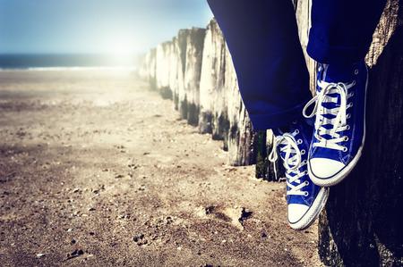 pied fille: Paysage romantique avec adolescent d�tente