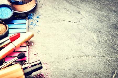 maquillage: Divers produits de maquillage sur un fond sombre avec copyspace Banque d'images