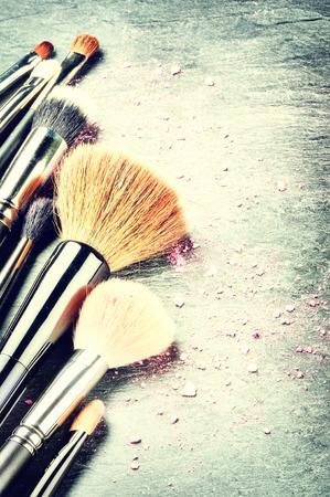 mujer maquillandose: Colecci�n de maquillaje profesional cepilla con copyspace