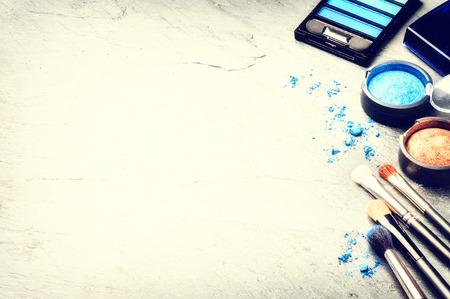 maquillaje de ojos: Varios productos de maquillaje en tono azul con copyspace Foto de archivo