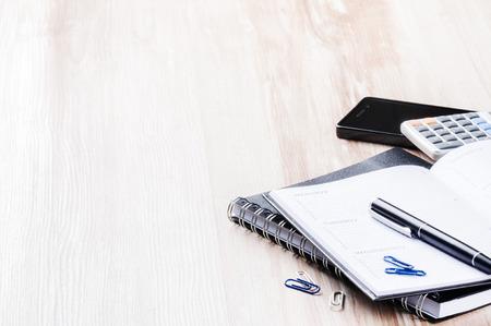 Concepto de negocio con agenda, teléfono móvil y calculadora. Copia espacio